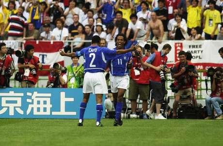 Cafu e Ronaldinho Gaúcho comemoram durante a vitória brasileira sobre a Inglaterra nas quartas de 2002