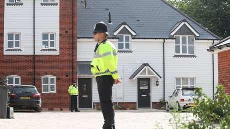 A polícia isolou uma série de áreas em Amesbury, cidade onde o casal estava e que é próxima a onde o ex-espião e a filha foram enveneados em março
