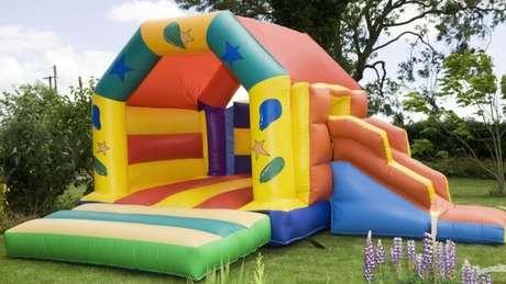 Uma preocupação importante para evitar acidentes no pula-pula é não deixar várias crianças de tamanhos diferentes brincarem ao mesmo tempo. Também é preciso estar atento à saída de ar, para o brinquedo não estourar