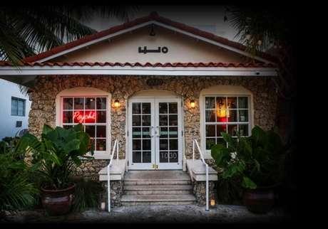 Com fachada art déco, seguindo o tema do bairro, o interior do bar segue uma linha mais mais tradicional