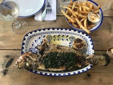 Restaurante com cardápio extenso, inclui peixes grelhados inteiros na crosta de sal e saladas frescas
