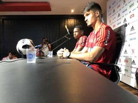 Jovens que têm tido destaque com a camisa do Flamengo nesta temporada, o zagueiro Matheus Thuler e o volante Jean Lucas foram escolhidos para dar entrevista coletiva após o treinamento