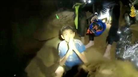 Um dos meninos tailandeses presos em caverna inundada Marinha da Tailândia/via Reuters TV