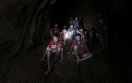 jovens e treinador já estão doze dias presos na caverna (Foto: Tham Luang Rescue Operation Center via AP)