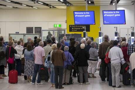 Imigração do aeroporto de Gatwick, em Londres, na Inglaterra