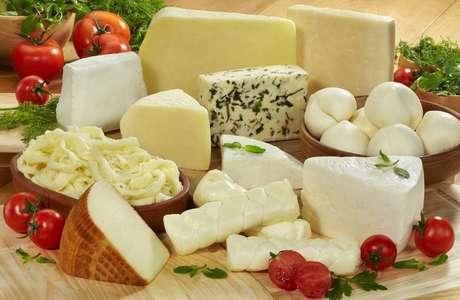 Mesa com grande variedade de queijos