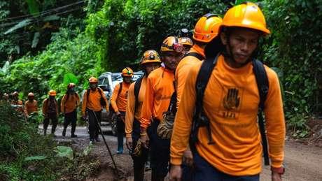 Socorristas instalaram duto de ar em caverna, mas temem que chuvas de domingo tornem retirada de garotos ainda mais complicada