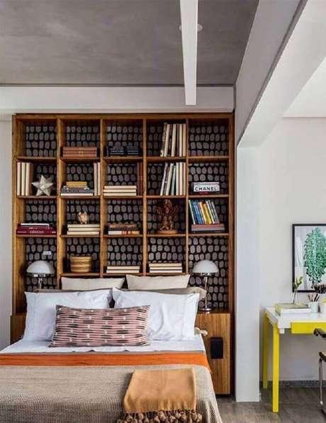 35. Essa decoração com nichos para quarto ficou linda e criou bastante espaço para organização graças à estante feita com nicho de madeira