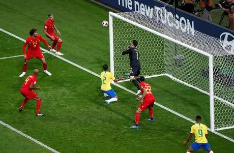 Thiago Silva dá de cabeça na bola, e ela bate na trave de Courtois