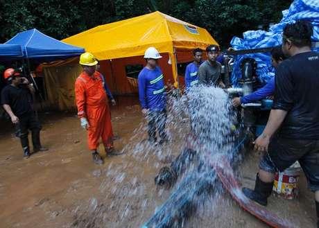 Equipes da Tailândia encontram buraco a 200m de meninos