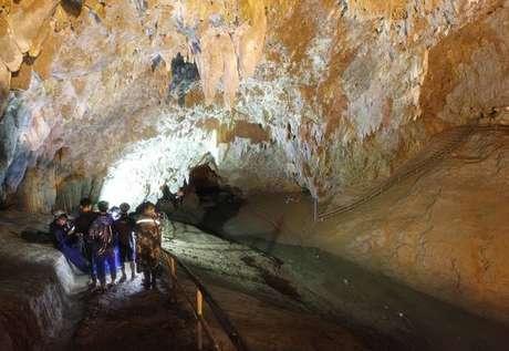 Mergulhador morre durante resgate em caverna na Tailândia