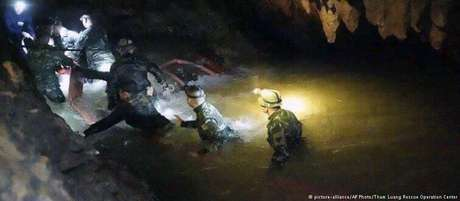 Equipe de elite da Marinha tailandesa tenta encontrar saída segura para grupo de jovens presos em caverna