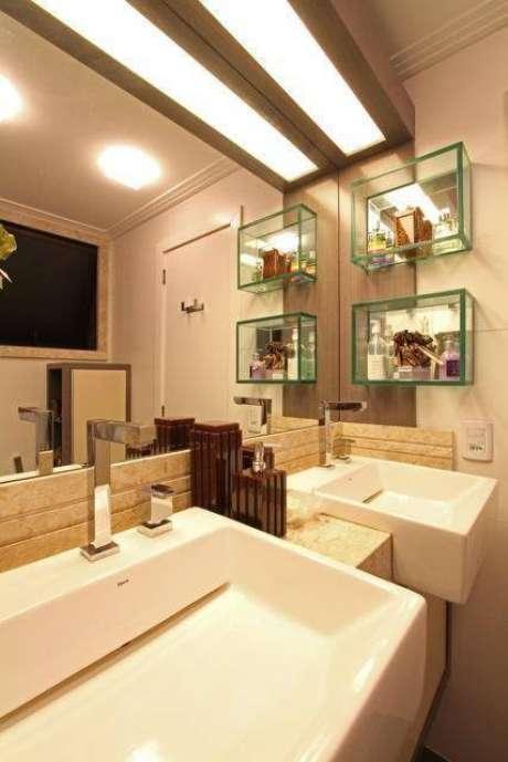2. Em banheiros pequenos, você pode colocar nichos de vidro para ampliar o espaço