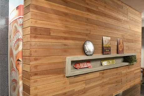 3. Nicho de cimento embutido tipo cubo em uma parede revestida de madeira