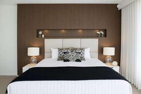 9. Os nichos para quarto de casal comumente são utilizados logo acima da cabeceira, dando sofisticação e beleza ao quarto decorado