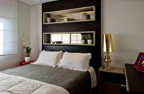 13. Nichos para quarto com espelhos no fundo dão a sensação de amplitude no ambiente