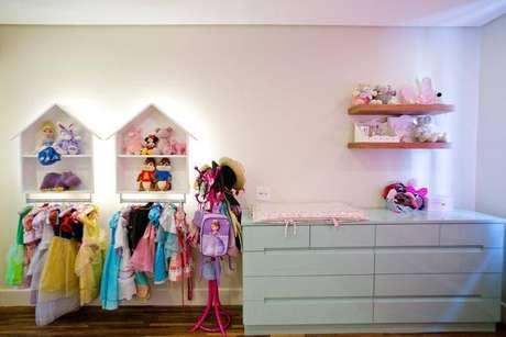 18. Nichos em formato de casa com iluminação de LED são lindos na decoração para quarto de bebê e de criança