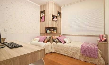 19. Nichos para quarto embutidos na parede são perfeitos para otimizar o espaço