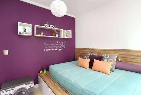 20. Decoração com nichos brancos para quarto com parede roxa
