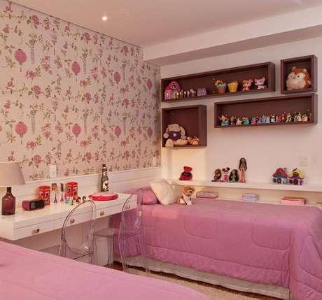 21. Decoração linda e delicada com papel de parede e nichos para quarto de menina