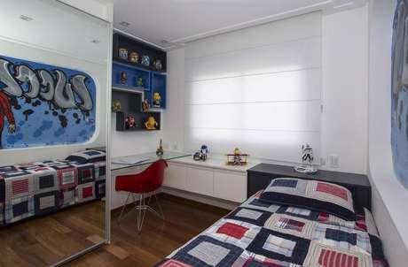 31. Modelos diferentes e coloridos de nichos para quarto masculino são divertidos