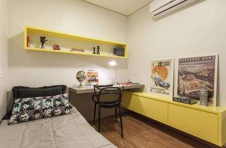 22. Nicho para quarto de solteiro com decoração neutra e nicho combinando com o móvel amarelo
