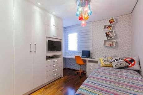 6. Nichos para quarto de MDF branco organizados de maneira divertida para trazer um toque criativo para o ambiente
