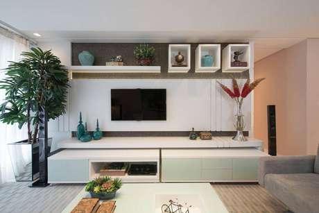 25. Sala de estar com decoração clean e nichos brancos