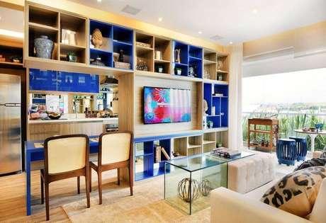 28. Sala de estar com muitos nichos coloridos e de madeira