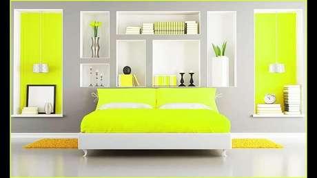 48. Decoração em tons de cinza e amarelo para quarto com nichos embutidos na parede