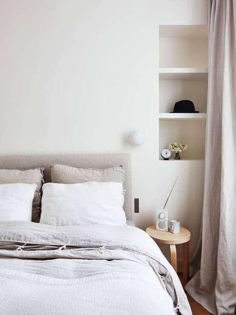 50. Decoração clean e minimalista com nichos para quarto