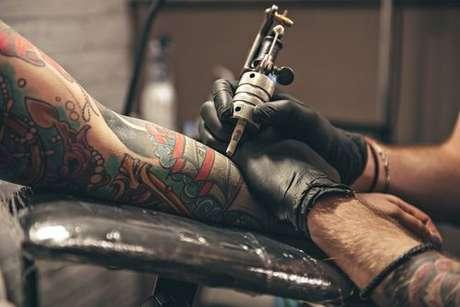 Pessoa sendo tatuada