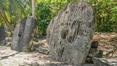 Centenas de moedas de pedra gigantes estão espalhadas pela ilha de Yap | Foto: Robert Michael Poole