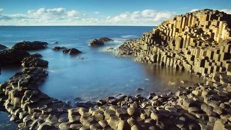 """Na Irlanda do Norte havia várias lendas sobre os gigantes. a quem eram atribuídos alguns aspectos da paisagem; um deles é o """"Giant's Causeway"""""""
