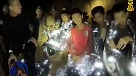 Os garotos e seu técnico de 25 anos estão presos há quase duas semanas; ao menos dois deles fizeram aniversário na caverna