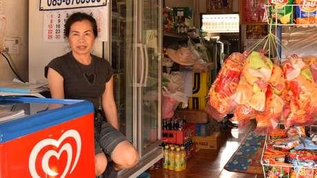 Patcharee Khumngen conhece a família de um dos garotos, Note, e doou alimentos para os parentes do grupo