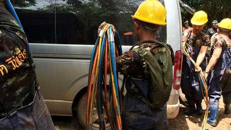 A equipe de resgate ainda não conseguiu instalar cabos de linha telefônica na caverna, que poderiam facilitar a comunicação das crianças com seus pais
