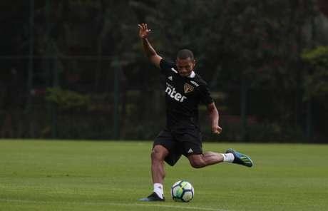 Edimar tem sido testado na zaga do São Paulo (Rubens Chiri/saopaulofc.net)