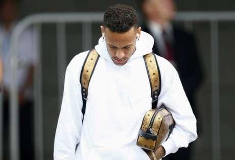 Neymar deixou o hotel da Seleção Brasileira cabisbaixo (Foto: AFP/BENJAMIN CREMEL)