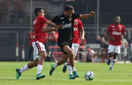 Nenê, um dos principais jogadores do time principal, divide bola com atleta da base (Rubens Chiri/saopaulofc.net)