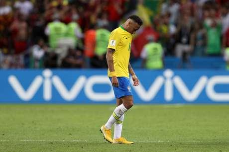 Neymar caminha em campo, abatido após a derrota para Bélgica
