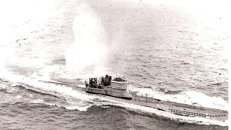 Essa imagem feita por americanos mostra o submarino alemão U-966 Gut Holz no dia 10 de novembro de 1943