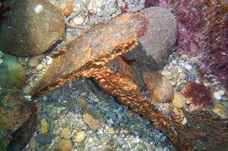 Segundo os mergulhadores, os restos da embarcação se espalharam pelo mar por causa das explosões e da ação marinha