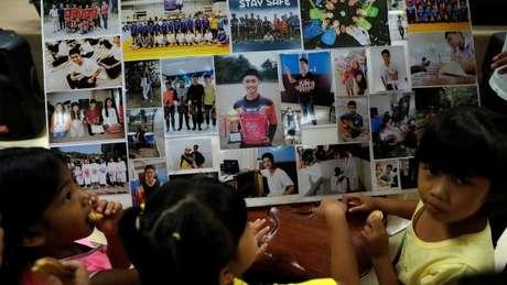 Moradores locais se reuniram em memorial organizado na igreja de Chiang Rai para rezar pela segurança do grupo de garotos