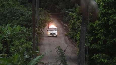 Duas ambulâncias deixaram a área onde está a equipe de socorristas, na entrada da caverna, na manhã deste domingo