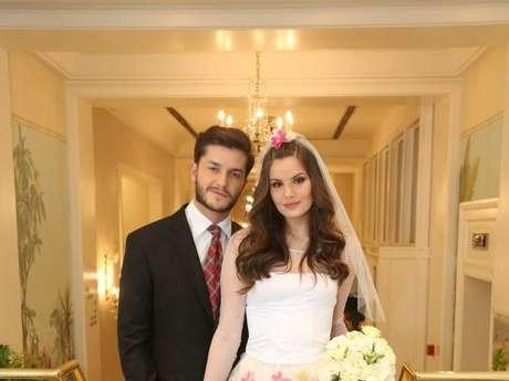 Camila Queiroz e Klebber Toledo foram os noivos de festa julina