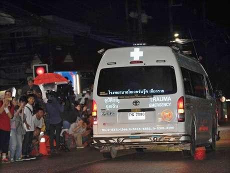 Ambulância com jovem tirado de caverna chega a hospital