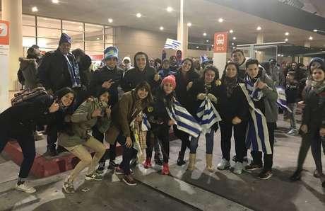 Torcedores do Uruguai aguardando chegada do elenco ao aeroporto.