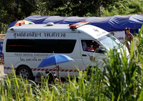 Ambulância deixa complexo de cavernas de Tham Luang em Chiang Rai, na Tailândia 09/07/2018 REUTERS/Soe Zeya Tun