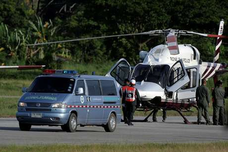 Ambulância carregando meninos resgatados de caverna na Tailândia em aeroporto militar em Chiang Rai